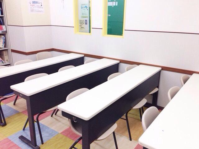 2015年5月に教室のリニューアルを行いました。 各教室に大きな掲示板を設置し、ブラインドを新しくしました。 掲示板などを通して、到達度テストの結果やお知らせなどを生徒のみなさんへとお伝えしています。 写真は301号室のものです。