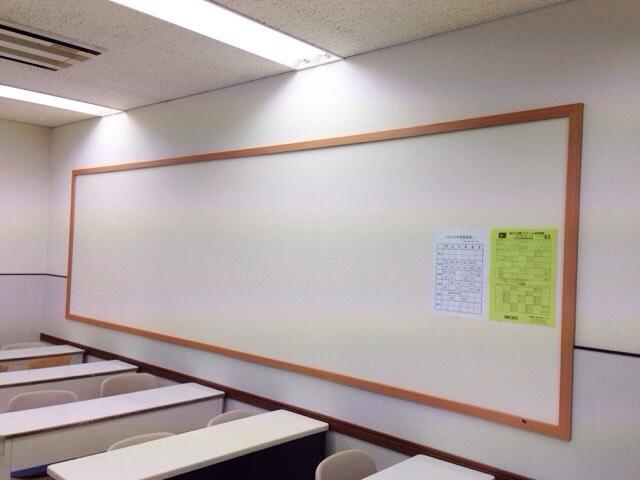 教室や廊下の大きな掲示板では、スクールからのお知らせや、みんなの学習の成果を紹介しています。