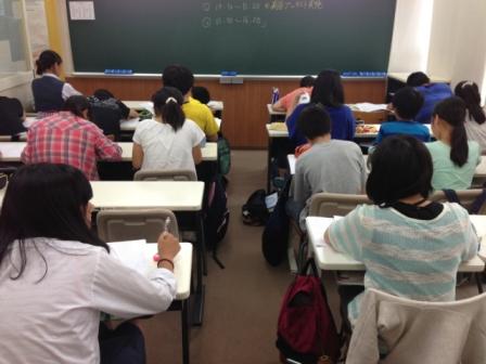 【中学部授業の様子 ~ その2 ~】 テスト対策授業です。 写真は、釜利谷中の対策授業での一枚です。 過去最高得点を目指し、みなさん真剣に取り組んでいます。