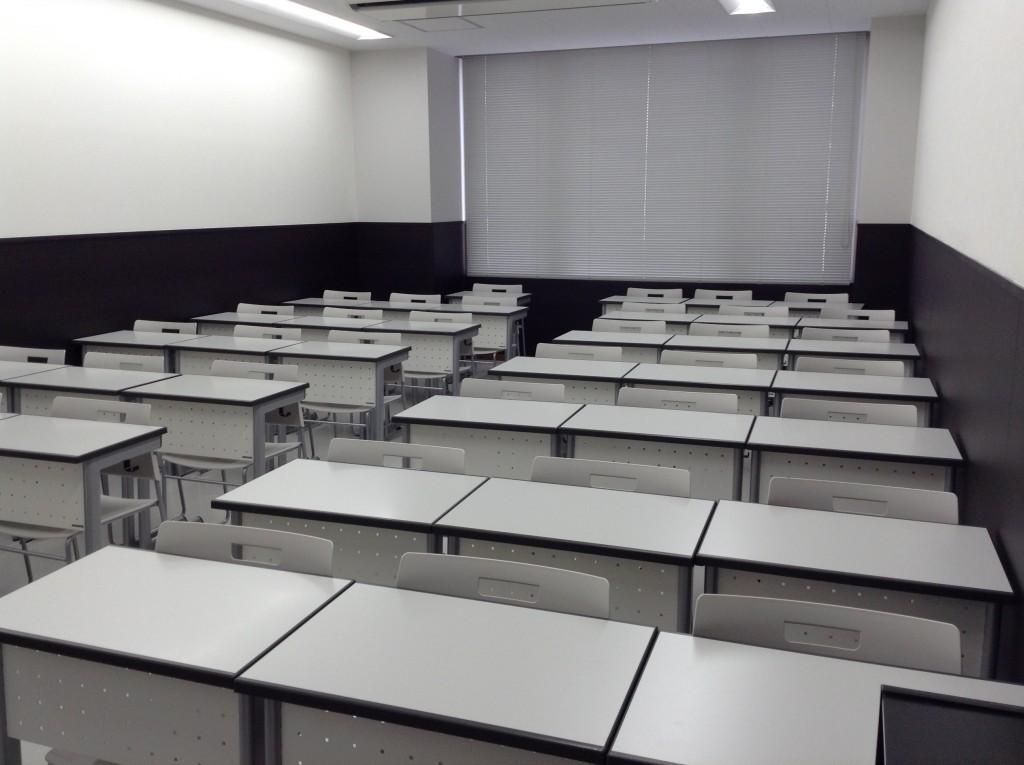教室は天井も高く広々と、個別の机でしっかり集中して学習できます。