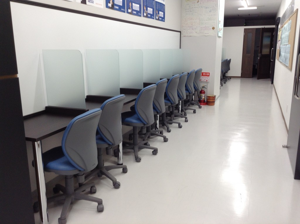 自習スペースには仕切りがあり、集中できる環境が整っています。