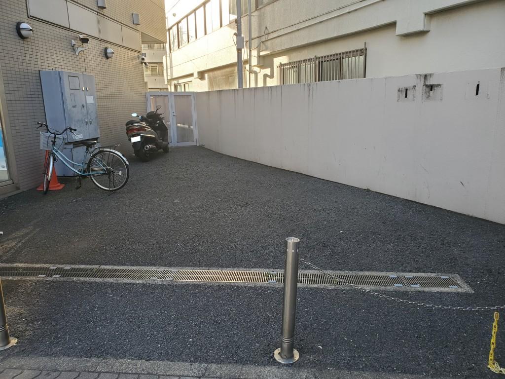 * 駐輪場 * 通塾される生徒のために無料駐輪場を用意しています。自転車を止めておくためには、ステッカーが必要です。自転車で通塾する人は、受付に申し出てください。