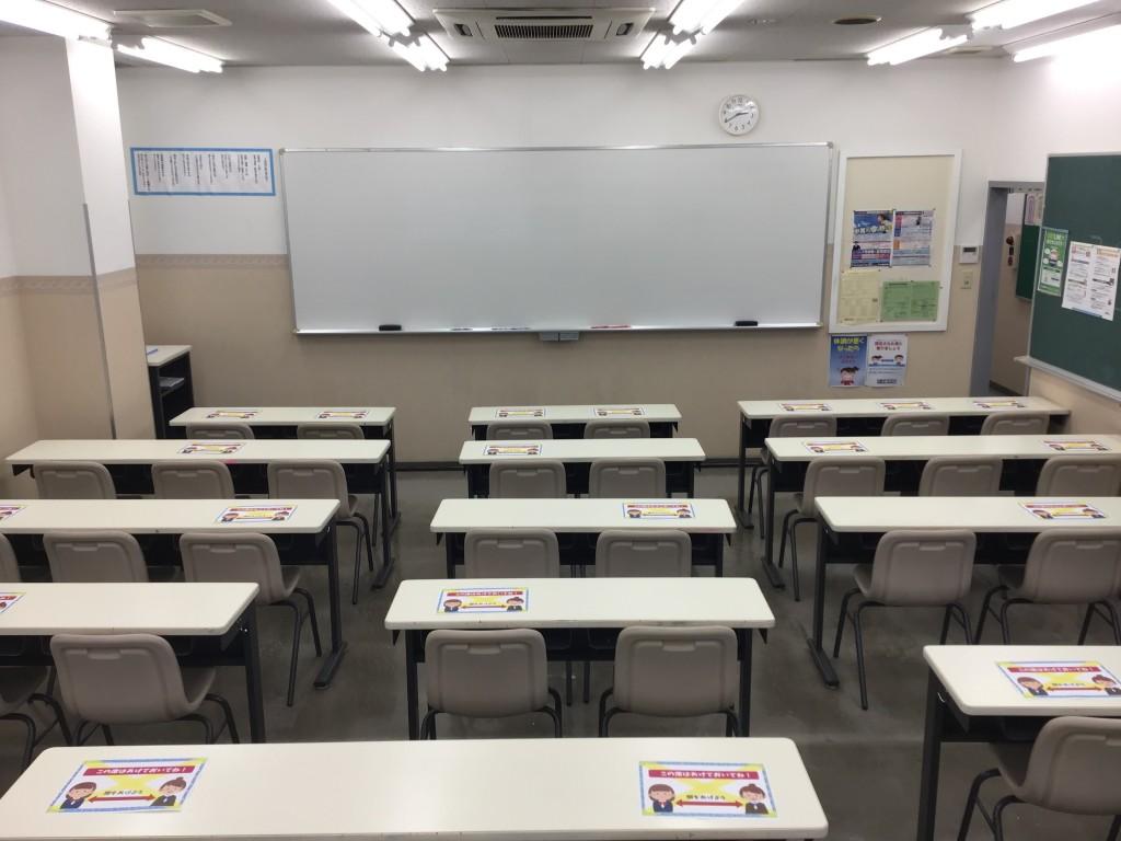 1・2号合併教室です。ソーシャルディスタンスを考慮して余裕をもたせた座席にしています。