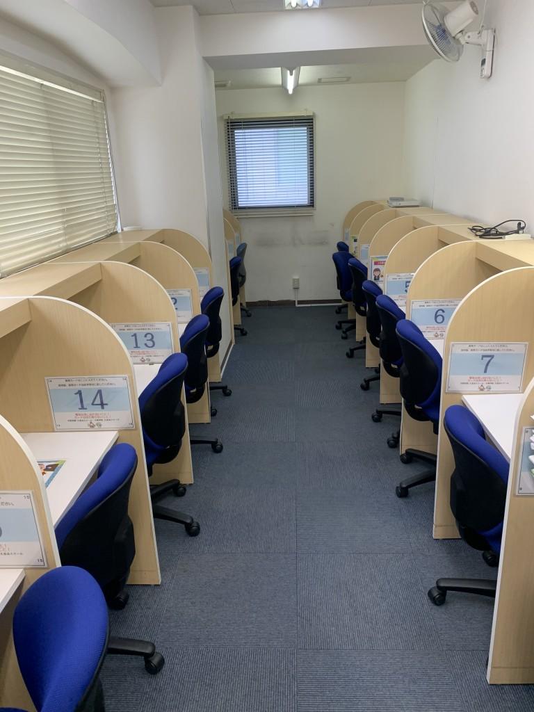 自習室。現在はソーシャルディスタンスを確保するため、一席ずつ離して利用人数を制限しています。