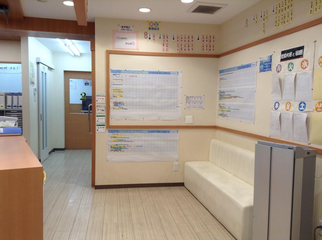 こちらが入り口・受付エントランスです。 向かい側の職員室の距離が近く、質問がいつでもできる環境ですよ!
