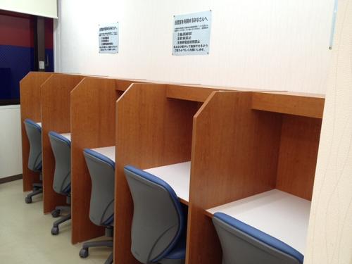 自習室は、授業のある日もない日も、いつでも自由にお使いいただけます。 すぐ横は職員室。分からない問題があったらすぐに質問できるのもいいですね。