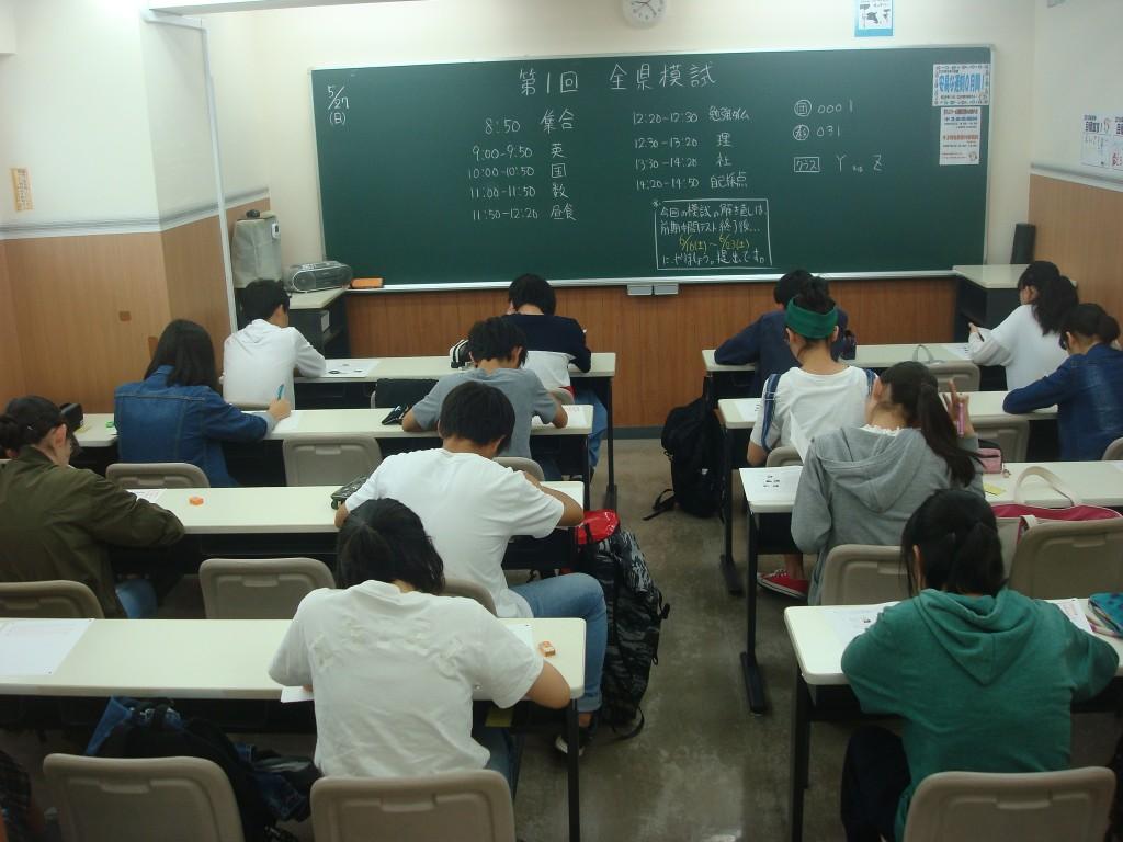 ★中学生は、定期的に模擬試験を実施しています。模擬試験の結果は、生徒面談を実施しながら返却します。★