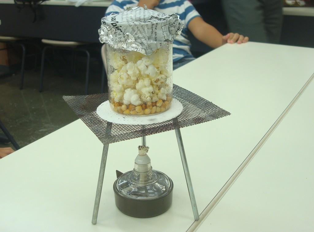 ★2018年10月理科実験教室のようすです。 ハロウィンイベントではアルコールランプを使ってポップコーンを作りました!★