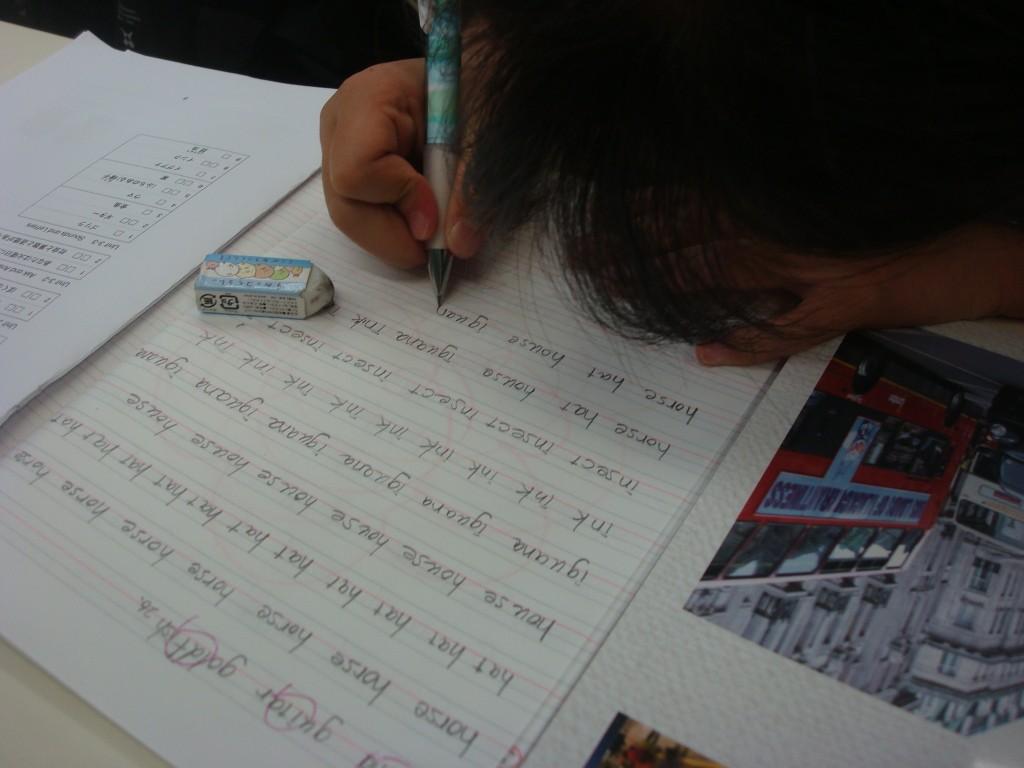 ★小学生英語 小学生も中学生のように何度も単語練習をしている様子です。たくさん練習して、自分でテストをして確かめをします!★