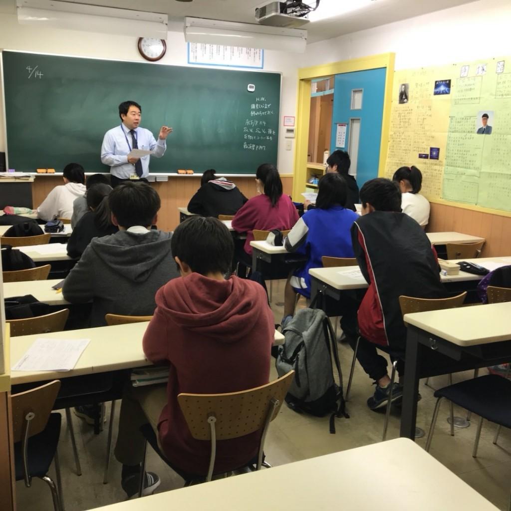 ~教室~ 集団授業での授業を実施しています。対話形式での授業なので、集中して取り組めます。「わかる」だけでなく「できる」ようになるまで指導を行います。
