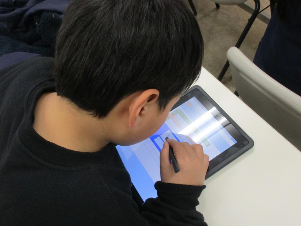 ~FLENS(小学生)~ 小学生は18:00~18:40で算数・語彙特訓という名前でタブレットを使った反復練習を効率的に行います。  「FLENS」ではタブレットで全国の学習塾をネットワークでつなぎ、自分の習熟レベルにぴったりのライバルと計算力を競い合うことができます。