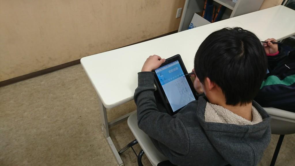 ~小学生 算数・語彙・読解特訓(FLENS)~ 小学生では18:00~18:40はタブレットのFLENSを利用し、 算数や国語の「反復練習」をします。