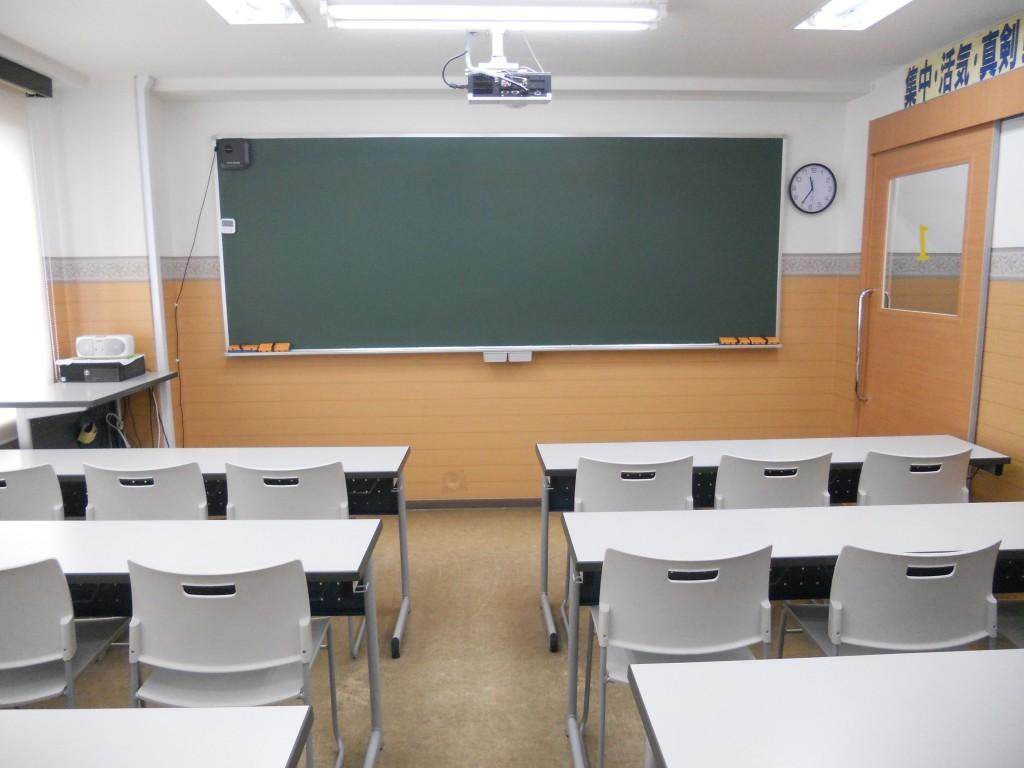 ■教室■広々とした教室では、小学校1年生から中学校3年生までの皆さんが、元気よく授業に取り組んでいます。授業の中では、黒板に映像を投影して、イメージしにくい社会や理科の単元や、数学の図形問題の学習も行います。