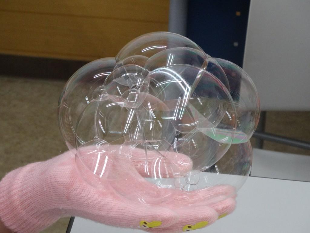 ■小学生対象イベント■ 小学生を対象としたイベント「理科実験教室」を定期的に行っています。 実験を通じて、様々な理科の知識や、実験器具の使い方を学んでいきます。写真は、割れにくいシャボン玉を作ろう!でした。触っても割れないシャボン玉に歓声を上げていました!次回の実験もお楽しみにしていてください!
