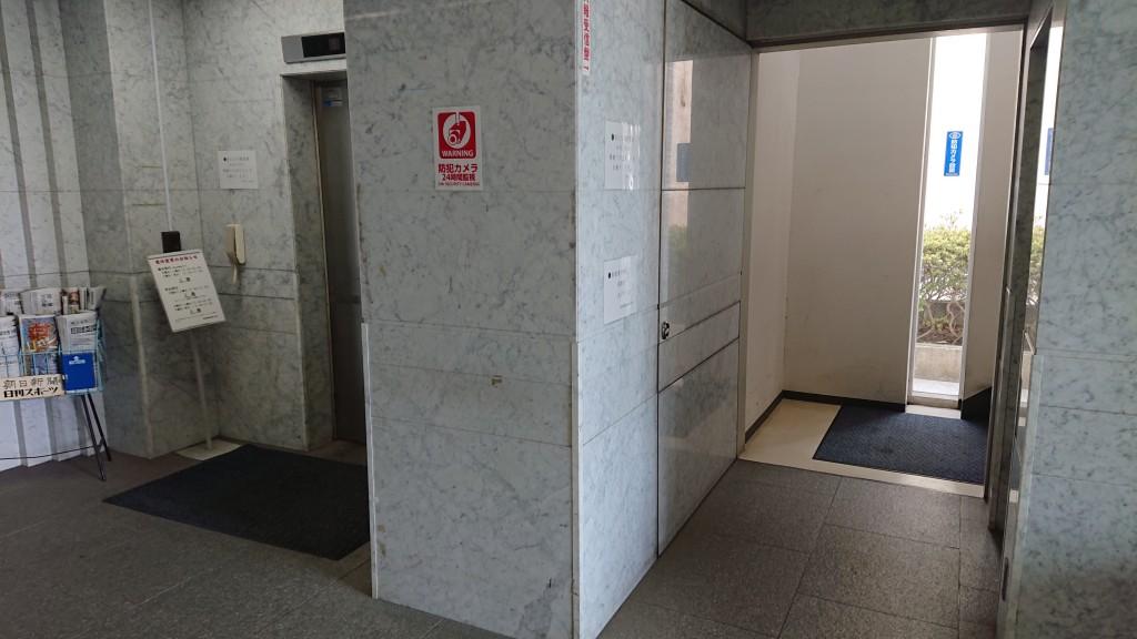 【茅ヶ崎スクールへの道順②】 新栄ビルに入ると、手間に階段、奥にエレベーターがあります。エレベーターをご利用ください。教室は4階になります。