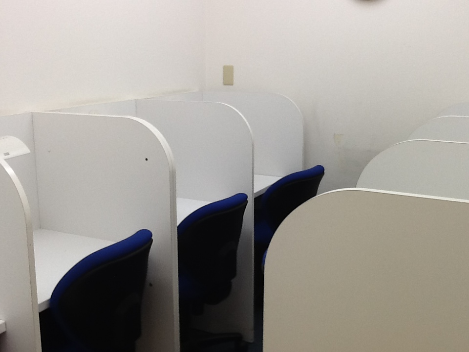 戸塚スクールの自慢。きれいな自習室が二つもあること。 毎日小学生~中学生まで宿題をやったり、自分の苦手を克服するため使っています。