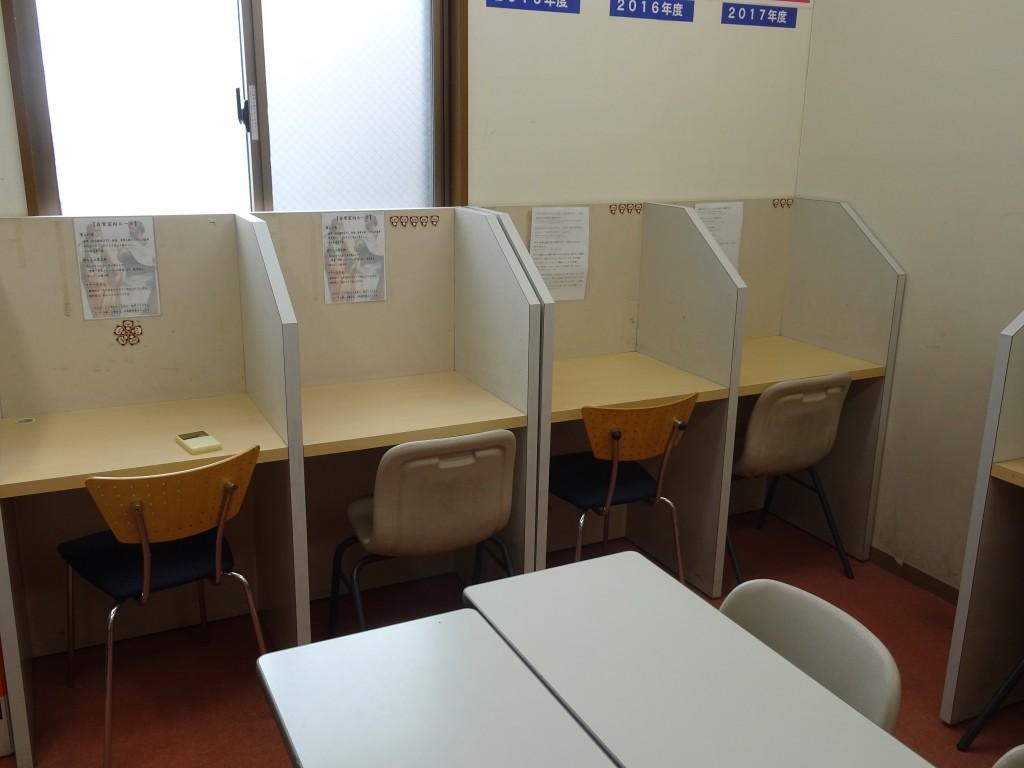 自習室の中です。 定期テスト前になるといつも自習室は満席になります。また受験前になると毎日自習室を利用する生徒も増えてきます。 学力UPは自習室の使い方で決まる!!