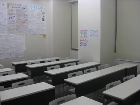 ~ 教室 ~ 白を基調とした広い教室で授業を行っています。 授業前にはその日の確認テストの勉強に励む姿、授業中は各教室から笑い声あり、ピンと張り詰めた雰囲気あり、メリハリある授業が展開されます。