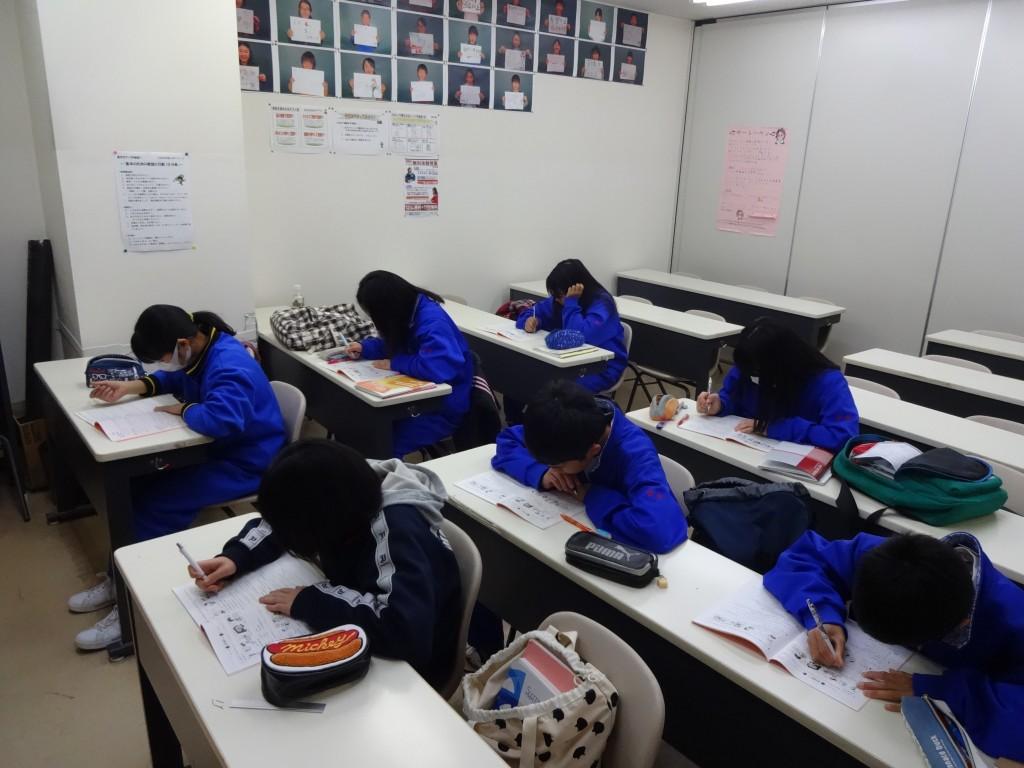中1クラスの休み時間の様子です。 「集中」をテーマに「やる時はやる!」そんな思いを体現してくれています! すごいぞ!中萬生!!