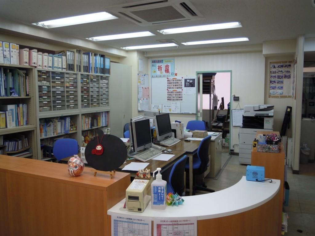 入口すぐの職員室です。明るい雰囲気で生徒を出迎えています。