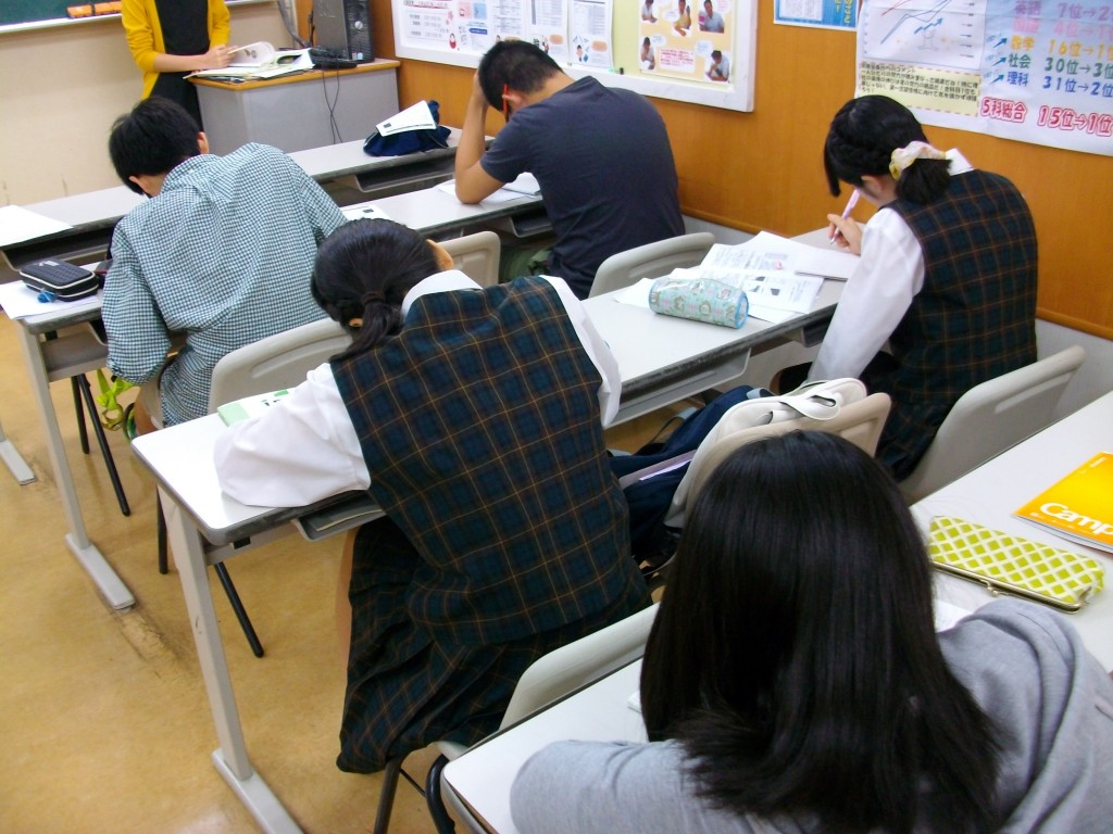 □■ テスト対策中の様子 ■□ 富岡スクールでのテスト対策の様子です。 みなさん集中して問題を解いています。
