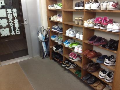 入り口に入ったら靴をお脱ぎください。アットホームな雰囲気が特徴です。
