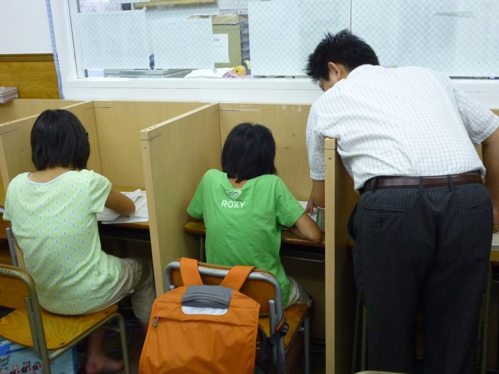 ★ 根岸スクールの自習室は授業前に早く来て宿題をやったり、わからないことを先生に質問したりとうまく活用されています♪