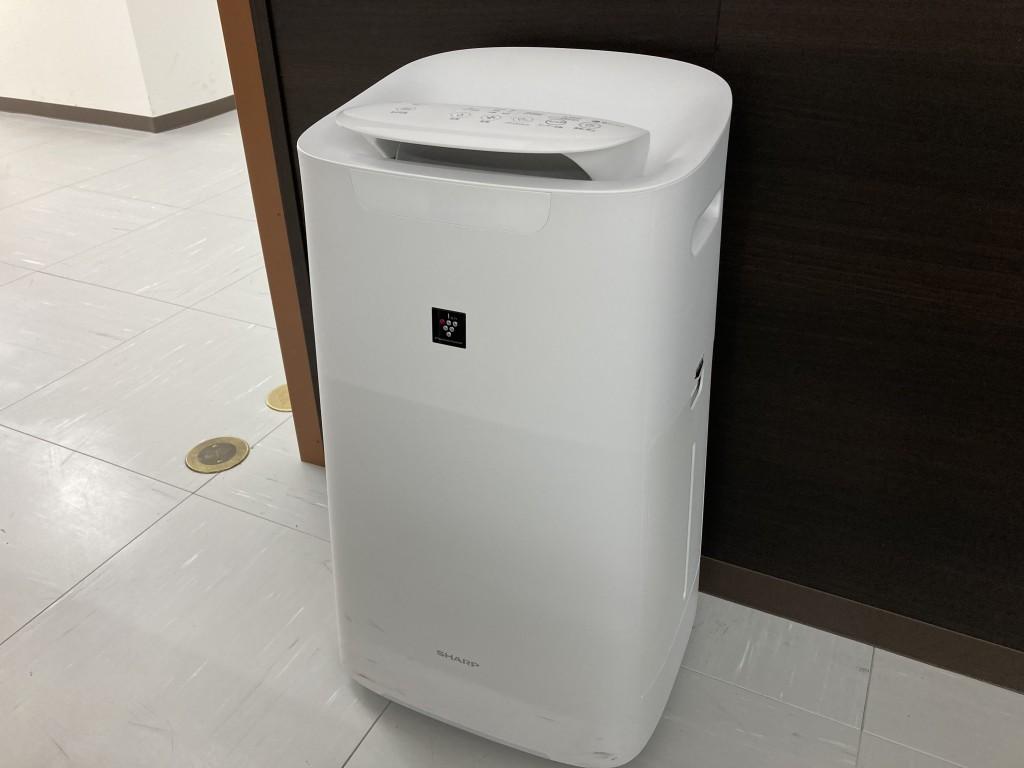 教室には空気清浄機を完備しております。 エアコンだけでなく、扇風機で空気の循環を行います。