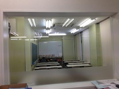 職員室から様子が見える自習室を完備しております。スクールが空いている時間ならいつでもご使用いただけます。