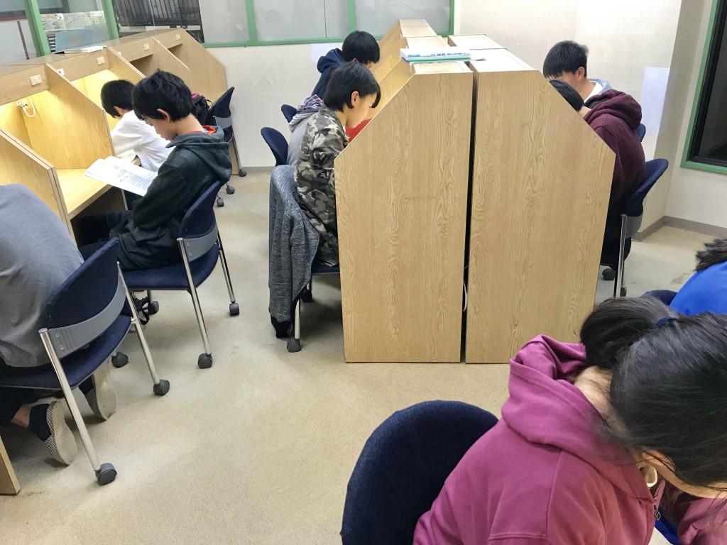 ♦自習室♦  自習室の様子です。 私語厳禁で集中してやるのがルールです。 講習中は毎日勉強している姿が見られました。