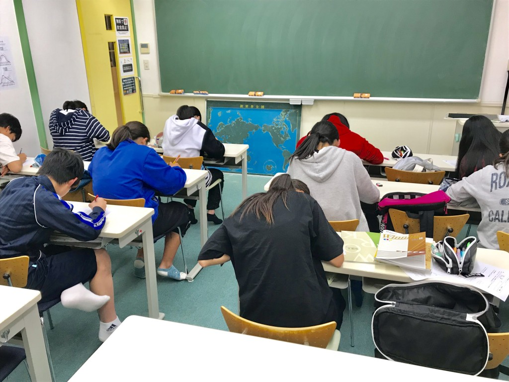 ♦テスト風景♦  中萬学院では毎回の授業で必ず小テストを行っています。 この小テストで、勉強の定着を図ります。 写真はテスト中の風景です。