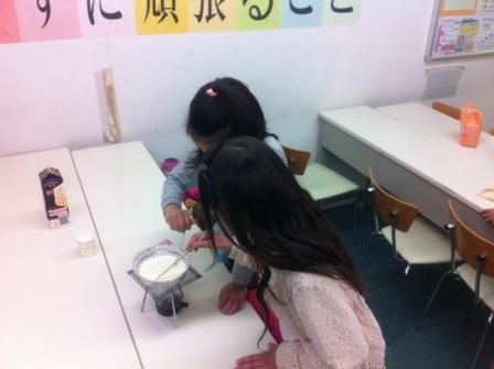 ♦理科実験教室♦ 理科実験教室でミルクババロアを作ったときの写真です。 ゼラチンを溶かす作業に一生懸命です。 美味しくできてみんな大満足でした!! 中萬学院では定期的に理科実験教室を行うので 是非ご参加ください!!