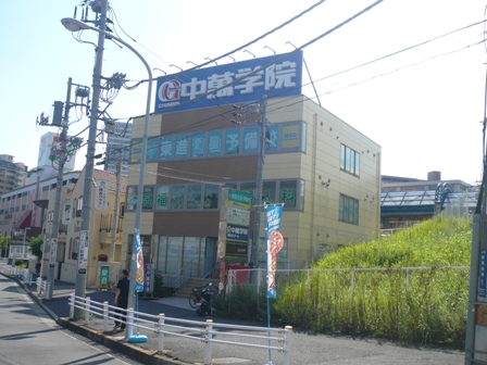 能見台スクール*電車からもしっかり見える!第1教場でお待ちしています!  京浜急行からもよーく見える第1教場。安全面でも安心してお通いいただけます。 今日も塾でみんなの元気な姿を見るのを楽しみにしています!