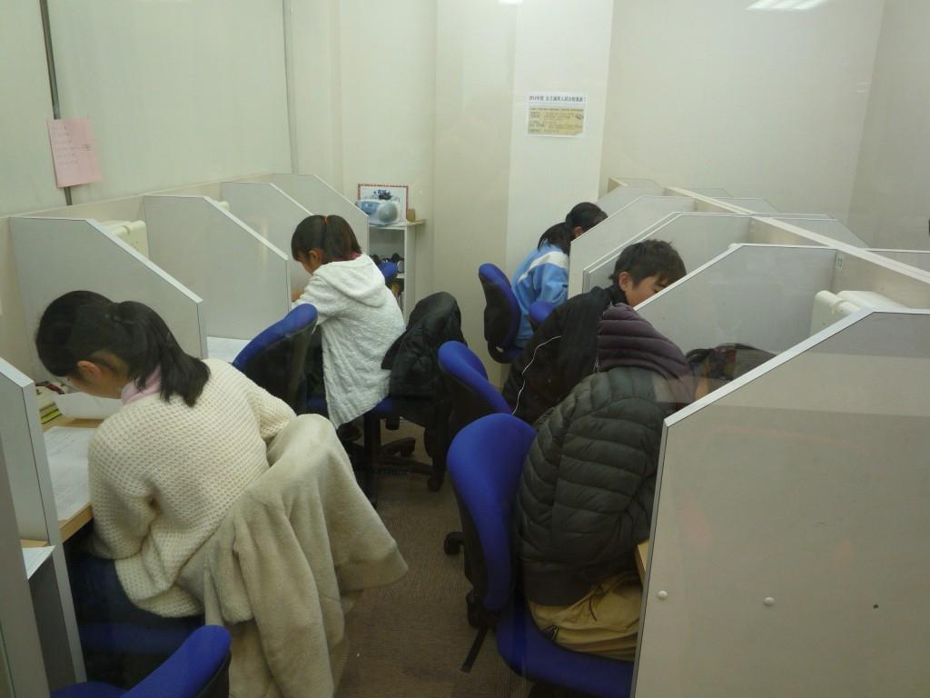 能見台スクール*自習室の様子  こちらは第1教場の自習室。みんな集中して取り組んでいます。