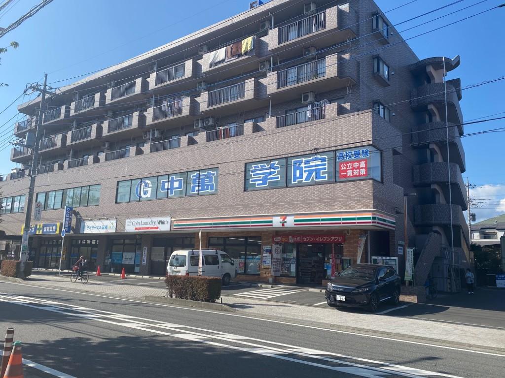 大きなビルの2階に秦野スクール、1階にコンビニ、屋上に大きな看板があります。 秦野駅南口から歩いて3分です。