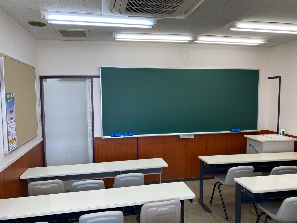 みんなが勉強する教室です。 子どもたちには間を空けて座って学習サポートを行っています。