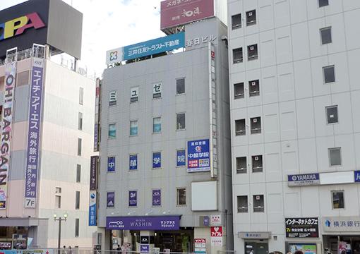【藤沢スクールへの道順①】 藤沢駅南口を出まして右手、春日ビル4階になります。(OPAの手前です。)