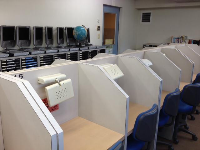 * 自習室 * 全30の個室ブースは、最高の学習環境を提供するために、机毎のライトの設置、また室内には授業ビデオの設置や辞書などを設置しています。