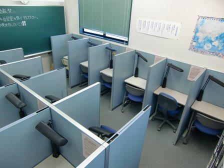 ◆自習室◆  平塚旭スクールの、自習室は一人ひとりが集中できるよう、個別ブースになっています。塾のない日にもここで自習することはもちろん。分からないところの質問も受け付けています。テスト勉強に励む中学生や学校や塾の宿題を頑張る小学生の姿も!