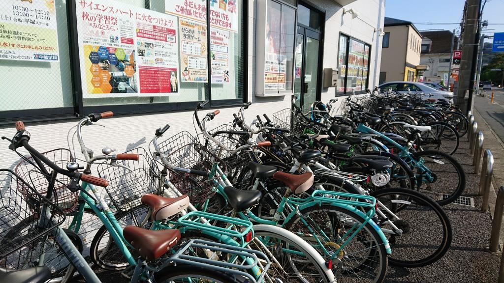◆駐輪場◆ スクールの目の前に駐輪場がございます。生徒の皆様がご利用いただけるように、しっかりと職員が整備を行っていますので安心して自転車でお通いいただけます。