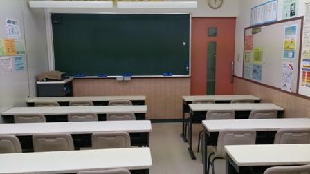 * 教室 *  教室は全部で4教室あります。使っていないときは自習スペースとして利用が可能です。学院の授業は生徒参加型の授業です。一方的な講義形式ではなく、授業の中で「どうしてそうなるのか」考える時間や、「実際に生徒自身が手を動かす」演習や作業の時間を通して「わかる・できる」ようにしていきます。