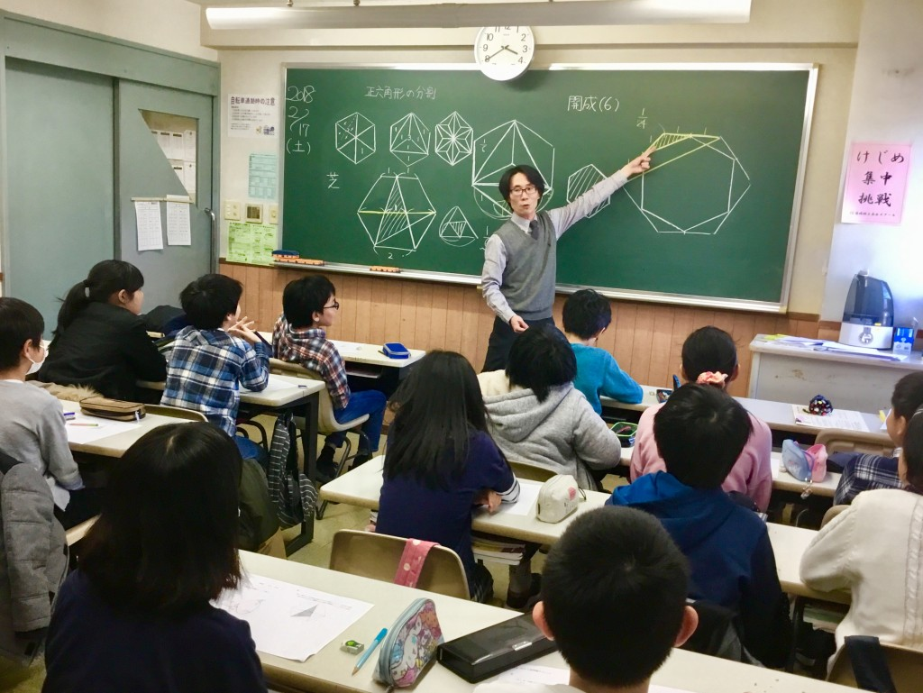 算数の授業の様子。子どもたちが真剣に講師の説明を聞いています。