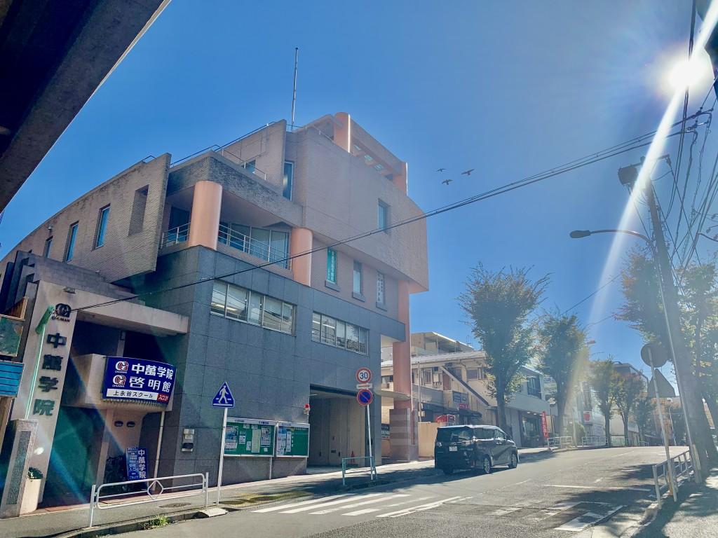 上永谷駅から徒歩2分、中萬学院本社ビルの2階です。左手の階段からお上がりください。