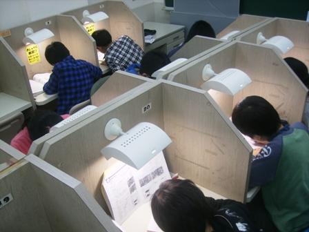 ★自習室★ 別所スクールの生徒は授業がない日でも、自習室に来るほど頑張り屋な生徒がたくさんいます。この写真にのっているのは、小学生ですが、中学生もたくさん来ています。中には毎日来て勉強している生徒もいます。