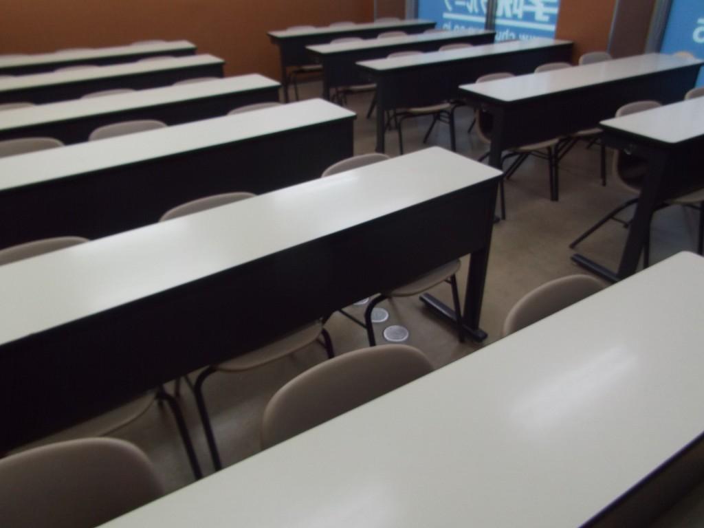 教室の壁紙を張替え、より清潔感のある環境で授業を受けられるようになりました。集団授業なので、周りと切磋琢磨しながら授業を受けていただけます。