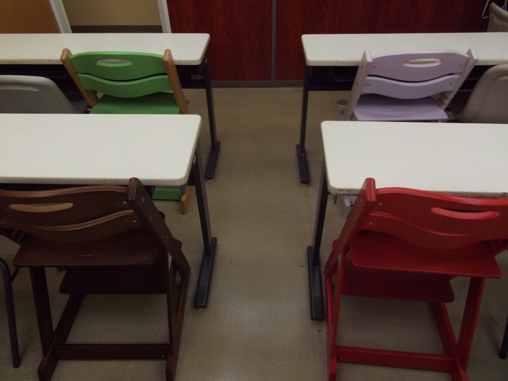 小1~小3の授業では、集中しながら勉強できるよう低学年専用の椅子を活用しています。 高さ調節が可能なので、身長に合わせた椅子で授業を受けられます。