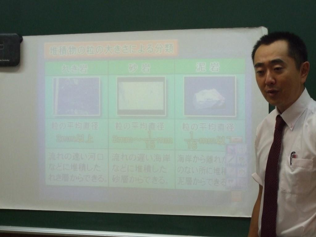 電子黒板を2台設置しております。 社会や理科の映像・音により黒板での授業以上の高い学習効果が得られています。