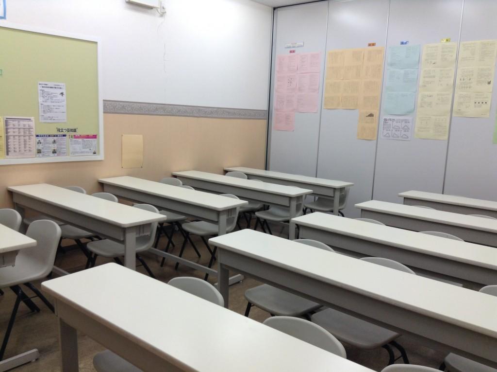 * 教室紹介 * こんな教室で勉強します。小さすぎず、大きすぎず、集団でも教師の目が届きやすい大きさの教室です!