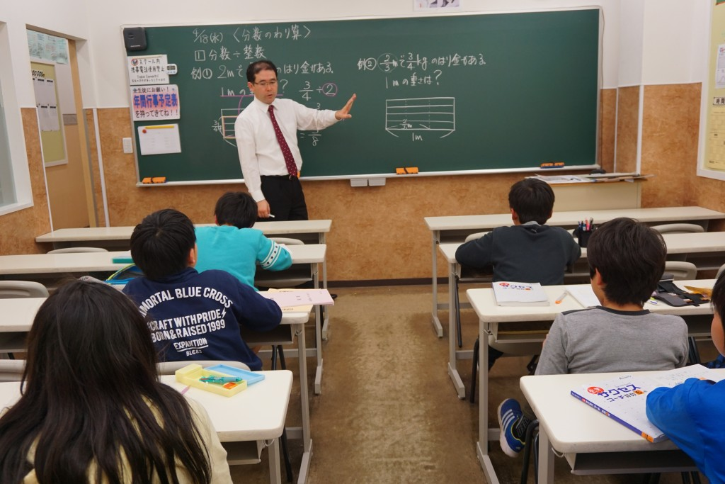 * 授業の様子① * こちらは、小学生の算数の授業の様子。 楽しいときは講師も生徒も共に盛り上がり、演習のときはしっかり集中。 メリハリのある授業が淵野辺スクールの自慢です。
