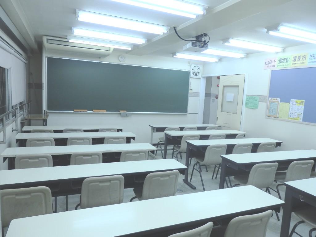 【402号室】 広々とした教室で授業を受けることができます。 また、授業がないときには自習用の部屋として開放しています。